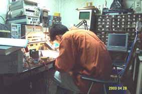 RF470MHz대역 송신기 칩을 이용하여 프로그램한후 작동검사 중(자동차 타이어 압력/온도 등등검지센서이용)
